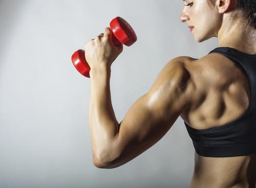 woman-lifting-weights