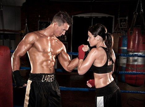 C5JPT9 Male and female boxer in arm wrestle