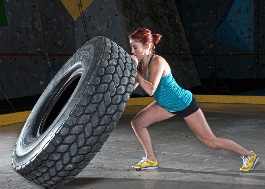 WomanFlippingTire_Crossfit